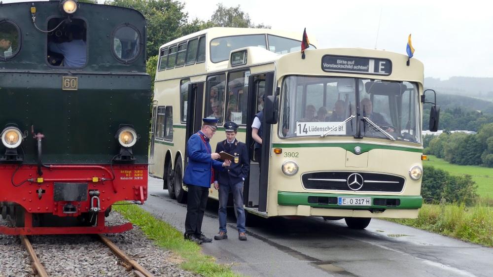 Begegnung Bus - Zug
