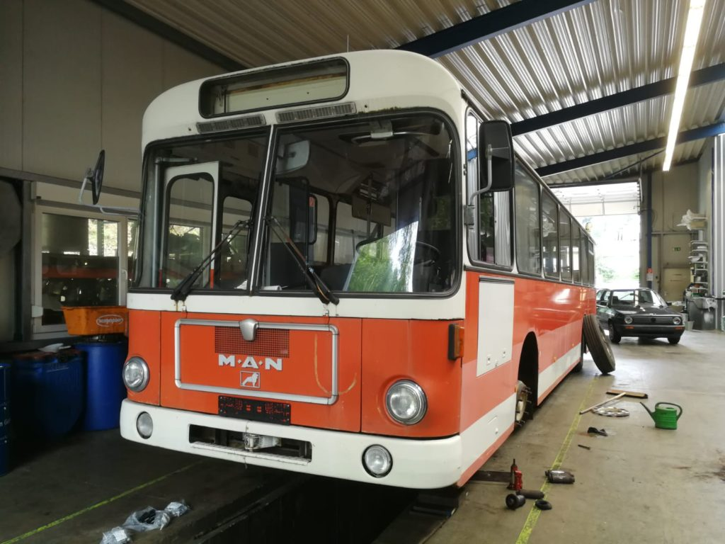 Erste Maßnahme am Traditionsbus 264 begonnen